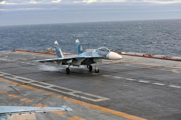 Палубный истребитель четвертого поколения Су-33