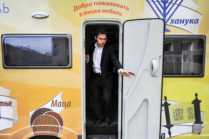 Шолом Лазар, один из двух раввинов прибывших в Новосибирск на мицва-мобиле, имеет российское гражданство и является сыном Берла Лазара, главного раввина России