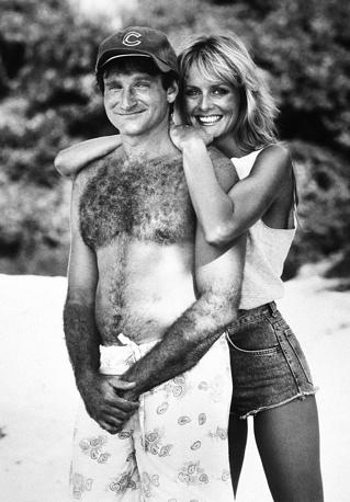 """Робин Уильямс и модель Твигги позируют на пляже во время съемок фильма """"Клуб """"Парадиз"""", 1986 год"""