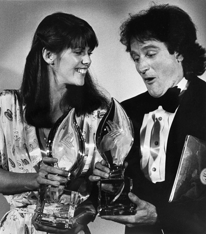 """Робин Уильямс и Пэм Добер во время вручения наград в номинации """"Любимые исполнители"""" премии People's Choice Awards в Лос-Анджелесе, 1979 год"""
