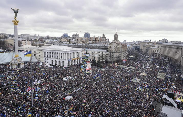 8 декабря 2013 года в центре украинской столицы состоялось очередное народное вече. Оппозиция сообщила об участии в акции 1 млн человек. В свою очередь пресс-служба МВД отметила, что «центральная площадь Киева может вместить только около 100 тыс.»