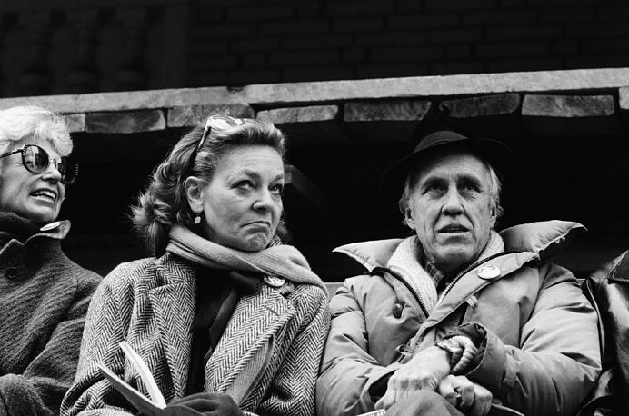 С актером Джейсоном Робардсом на митинге против сноса театров, 1982 год