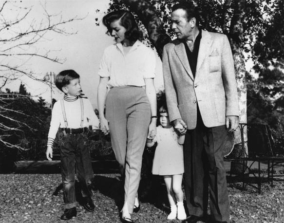 Богарт и Бэколл с детьми Стивеном (6 лет) и Лесли (2 года) на прогулке недалеко от своего дома в Голливуде, 1955 год