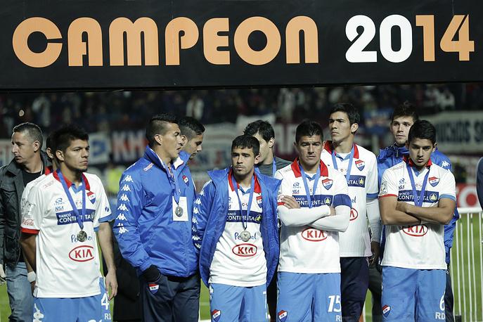 Расстроенные парагвайские футболисты