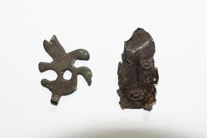 Фрагмент бронзового украшения и личина идола. Верхнеобская археологическая культура