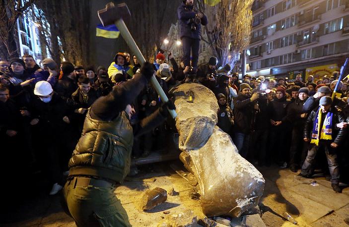 """Митинг завершился призывами оппозиции расширить акцию протеста, организовав пикеты всего правительственного квартала. В этот же день группа молодых людей снесла памятник Ленину, который был установлен на Бессарабской площади в 1946 году. Ответственность за эти действия взяла на себя партия """"Свобода"""""""