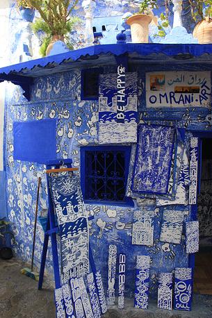 В этой лавке посетители фестиваля могут купить работы местных художников