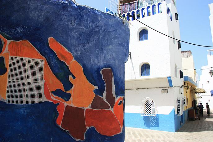 Перед каждым фестивалем стены улиц и домов закрашиваются белой краской, чтобы художники вновь могли создать на них свои произведения