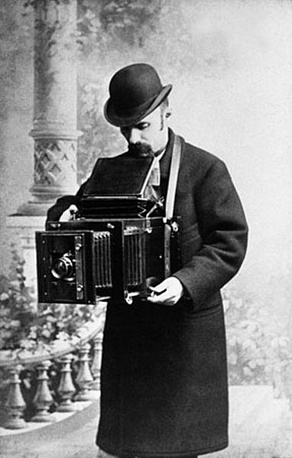 Карл Булла - основоположник российской репортажной фотографии и портрета. Среди его работ - фото солдат на Русско-японской войне, императора Николая II с семьей, Льва Толстого, Федора Шаляпина