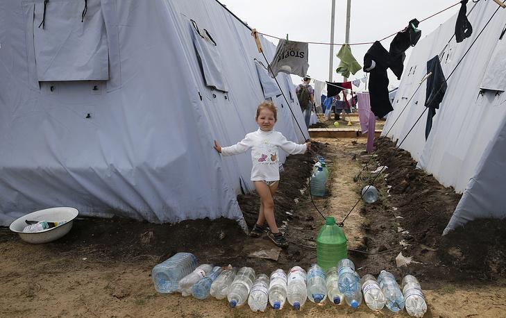 Четыре палаточных лагеря для украинских беженцев в Ростовской области переполнены, в связи с чем организуется их переселение в другие регионы страны