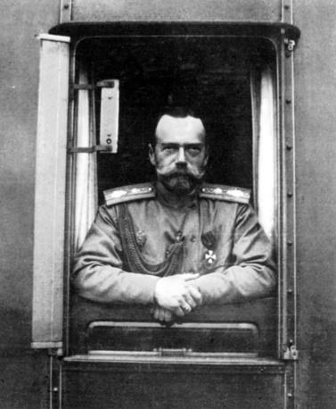 Император Николай II в окне императорского поезда на пути между Царским селом и Ставкой. 1915 год
