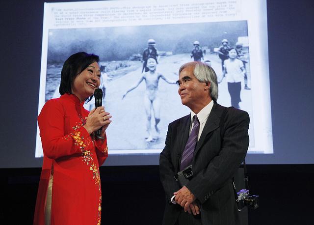 Образ Ким Фук, выжившей после военных действий, впоследствии использовался вьетнамскими властями как антивоенный символ. В 1992 году она вместе с мужем получила политическое убежище в Канаде. Фотограф Ник Ут до сих пор работает на агентство AP. На фото: Ким Фук и Ник Ют, 2012 год