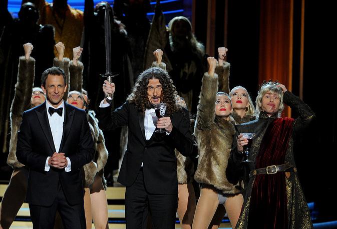 Ведущий церемонии Сет Майерс, комик-пародист Альфред (Странный Эл) Янкович и Энди Сэмберг