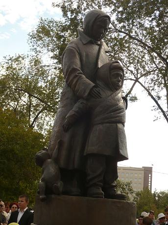 """Осенью прошлого года в одном из парков Оренбурга состоялось торжественное открытие памятника """"Дети войны"""". Скульптурная группа была отлита в Екатеринбурге"""