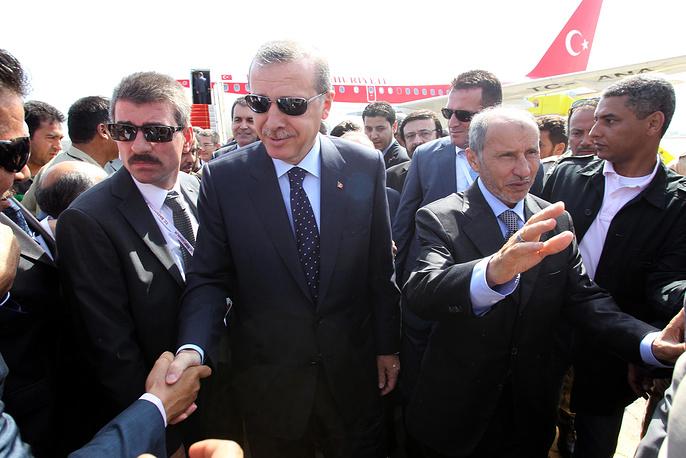 В 2005 и 2010 годах журнал Time включил премьер-министра Турции в список самых влиятельных людей в мире. На фото: Эрдоган (в центре) и глава Национального переходного совета Ливии Мустафа Абдул Джибриль (справа) в аэропорту Триполи, 2011 год
