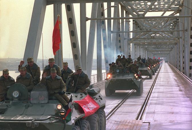 Вывод советских войск из Афганистана, 1989 год. Колонна парашютно-десантной части пересекает границу