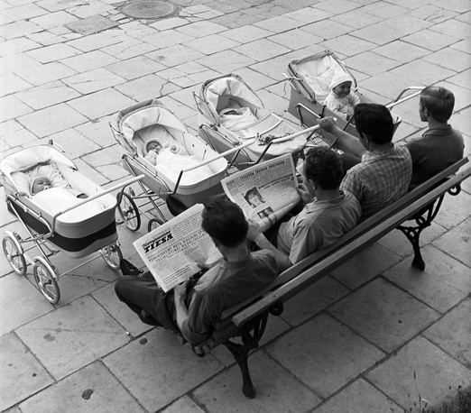 Вильнюс. Молодые папы с детьми на прогулке, 1969 год