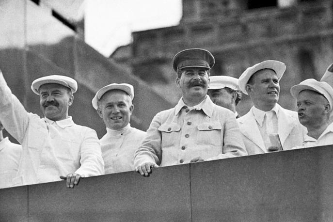 Парад физкультурников на Красной площади, 1936 год. На трибуне Мавзолея Ленина: В. М. Молотов, Н. С. Хрущев, И. В. Сталин (слева направо) и другие официальные лица