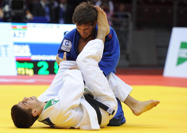 Муса Могушков (вверху) во время поединка с азербайджанским спортсменом Рустамом Оруджовым