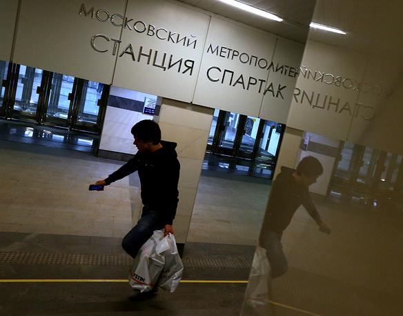 Станция оснащена лифтами для маломобильных пассажиров, имеет два выхода - наземный северный и подземный южный, оба из которых ведут к стадиону