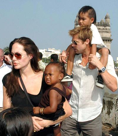 Анджелина Джоли и Брэд Питт и их приемные дети Захара и Мэддокс во время поездки в Индию, 2006 год