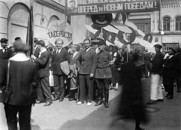 Москва. Колонна сотрудников ТАСС на первомайской демонстрации, 1934 год