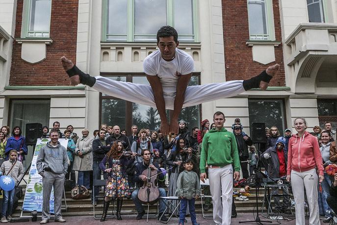 Бруно Мартинс, преподаватель капоэйры бразильского происхождения. Капоэйра - уникальное южноамериканское боевое искусство, зародившееся в среде черных рабов и сочетающее в себе боевые приёмы и элементы танца