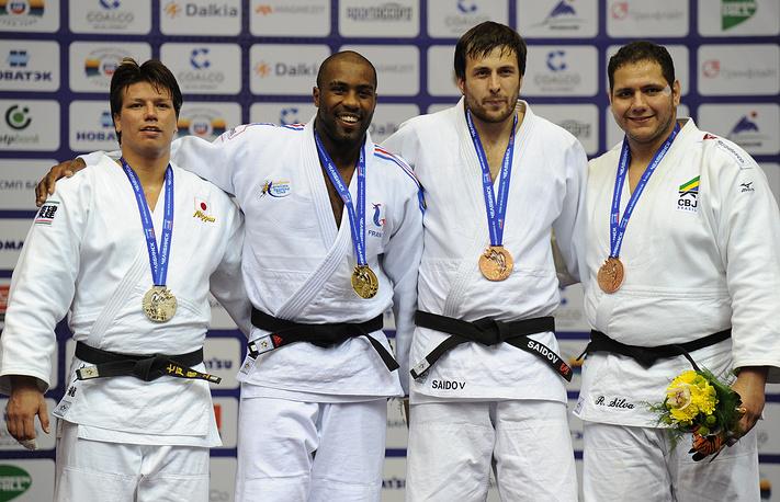 Бронзовый призер ЧМ Ренат Саидов (свыше 100 кг) (третий слева)