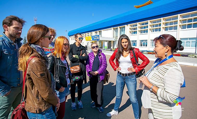 Эржэна Жамбалова, художественный руководитель театра Буряад (справа) и труппа театра им. Вахтангова