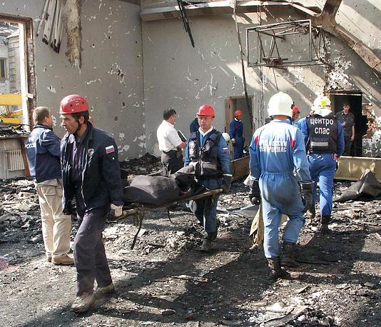 Спасатели МЧС РФ выносят тела погибших заложников из разрушенной школы, 4 сентября 2004 года