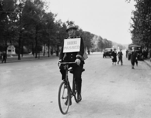 Полицейский разъезжает по лондонским улицам с табличкой об окончании первой в Лондоне воздушной тревоги. 3 сентября 1939 года
