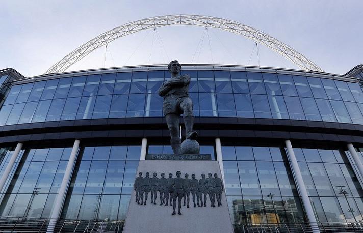"""У главного футбольного стадиона Англии """"Уэмбли"""" установлен памятник Бобби Муру, который признается многими одним из лучших защитников в истории футбола. Мур больше десяти лет был капитаном лондонского клуба """"Вест Хэм Юнайтед"""", а также капитаном сборной Англии, которая в 1966 году единственный раз в своей истории выиграла чемпионат мира"""