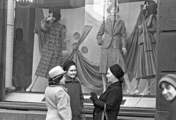 Москвички у витрины Общесоюзного Дома моделей одежды на Кузнецком мосту, 1979 год