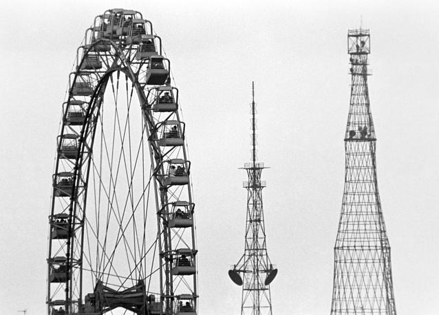 Шуховская башня (справа), башня радиосвязи (в центре) и колесо обозрения в Центральном парке культуры и отдыха имени М. Горького, 1979 год