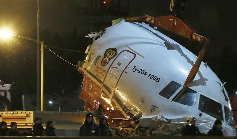 Следственный комитет прекратил уголовное дело по факту катастрофы самолета Ту-204 авиакомпании Red Wings в аэропорту Внуково в декабре 2012 года в связи со смертью командира и бортинженера воздушного судна
