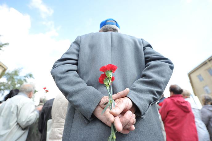 Каждый год возле стеллы проходят памятные мероприятия, посвящённые блокаде Ленинграда