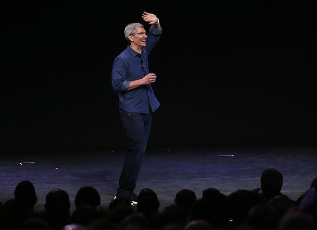 Презентация в зале Флинт-центра началась с выхода на сцену главы Apple Тима Кука, который по традиции анонсировал новинки корпорации