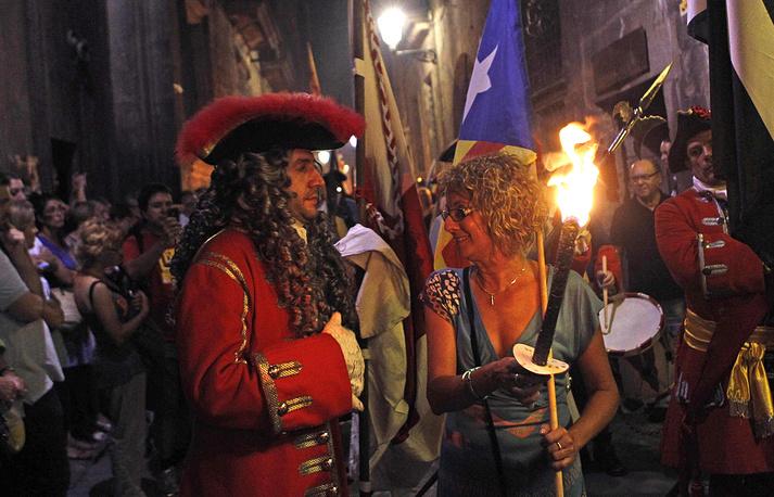 Ранее премьер-министр Испании Мариано Рахой заявил, что правительство готово принять все необходимые меры на случай, если кто-то захочет провести незаконное голосование. На фото: празднование Дня Каталонии в Барселоне