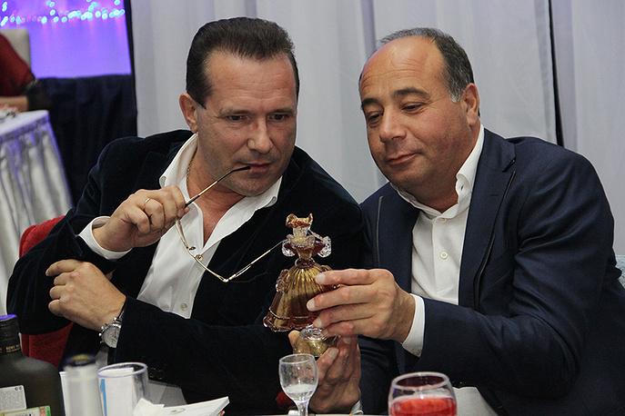 Самым дорогим лотом в этом году стала группа фарфоровых скульптур «Семья» испанской фабрики Ladro, лот ушел с молотка за 1млн. 600 тыс. рублей