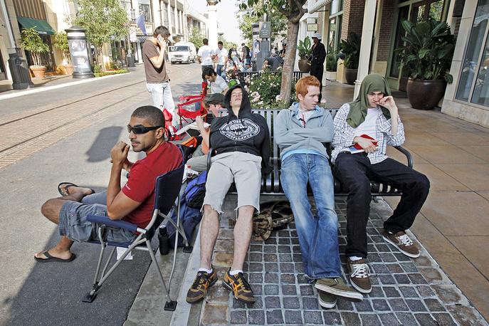 Фанаты продукции Apple начинали занимать очередь у магазинов задолго до начала продаж. Многие приезжали из других городов и проводили в очереди до нескольких недель. На фото: покупатели первой модели iPhone в ожидании начала продаж, Лос-Анджелес, 29 июня 2007 года