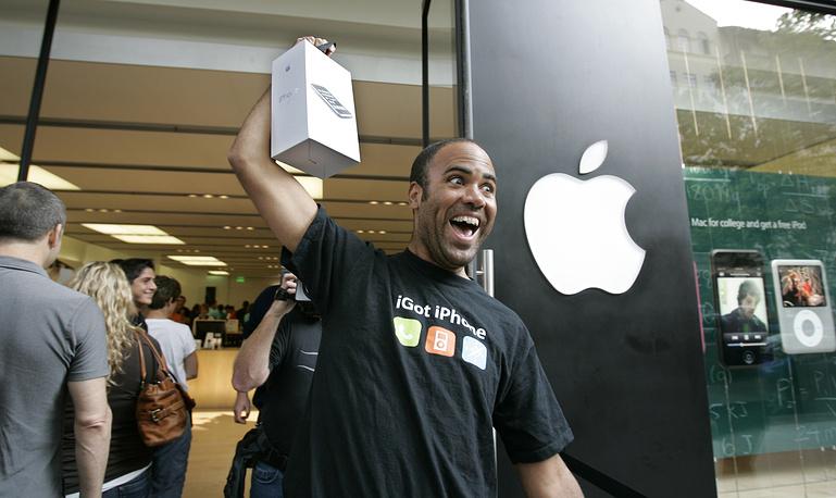 Покупатель iPhone 3G в Пало-Альто, Калифорния, 11 июля 2008 года