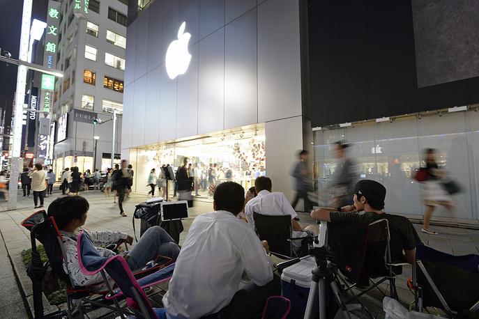 9 сентября Apple представила смартфон восьмого поколения - Phone 6 и iPhone 6 Plus. 19 сентября модель поступит в продажу в странах первой волны, в том числе в США, Великобритании, Германии, Франции. Заказ на новые смартфоны от Apple можно будет оформить в России с 19 сентября, продажи стартуют 26 октября. На фото: очередь у торгового центра в Токио в ожидании начала продаж iPhone 6
