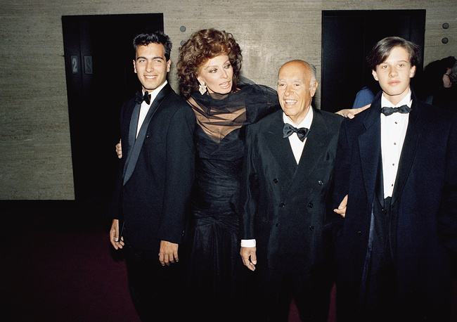 В 1957 году Софи Лорен вышла замуж за Карло Понти. В этом браке родились два сына - Карло и Эдоардо. Карло - дирижер, Эдоардо - кинорежиссер. Самым главным в жизни актриса считает свою семью. На фото: Софи Лорен с мужем Карло Понти и сыновьями Карло (слева) и Эдоардо (справа), 1988 год