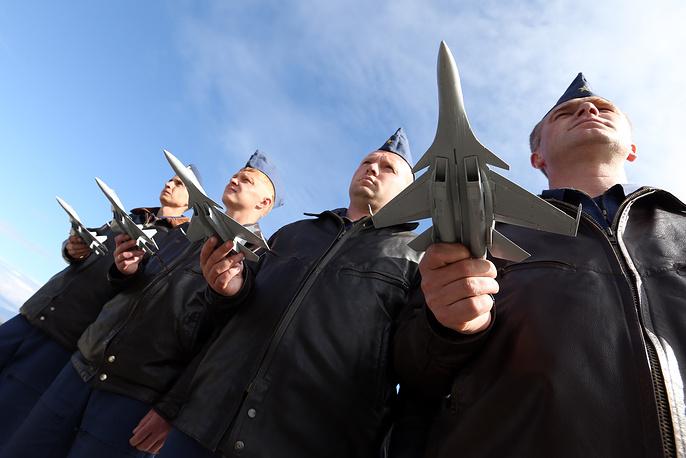 """Военные учения в ВВО продолжаются шесть дней - с 19 по 25 сентября. На фото: лётчики  истребителей-перехватчиков МиГ-31 на аэродроме Елизово в ходе подготовки к учениям """"Восток-2014"""""""