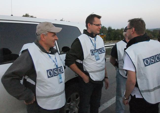 Передача пленных состоялась при участии миссии ОБСЕ.  На фото: представители организации во время обмена пленными