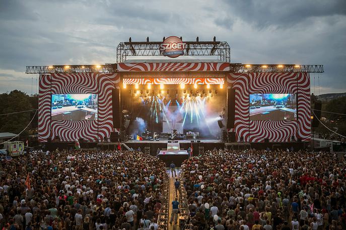 Особый вид путешествий - фестивальный, для музыкальных фанатов. Некоторые из них специально планируют поездки на крупнейшие фестивали, которые собирают огромное количество поклонников музыки. Один из крупнейших музыкальных фестивалей Европы - Сигет, в 2014 году он прошел уже в 22-й раз, на него съезжаются любители музыки со всего мира