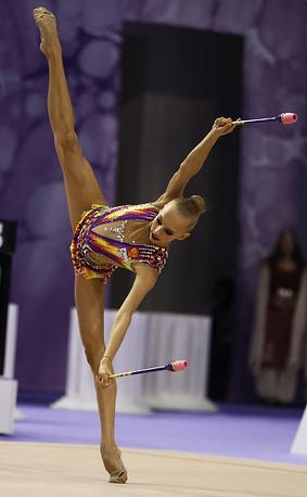 Российская гимнастка Яна Кудрявцева во время упражений с булавами