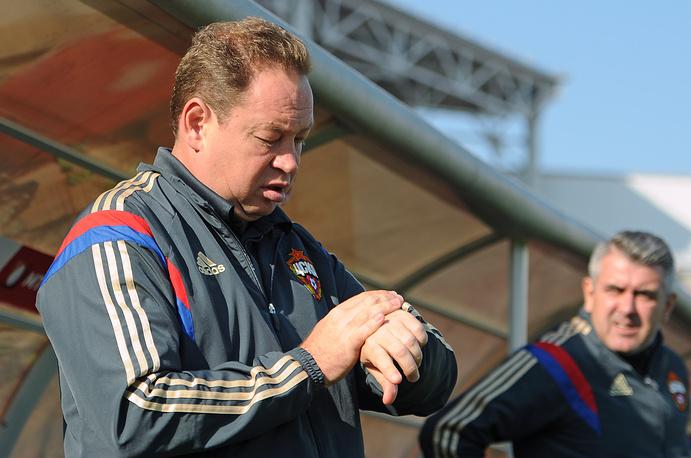 Главный тренер ЦСКА Леонид Слуцкий (слева)