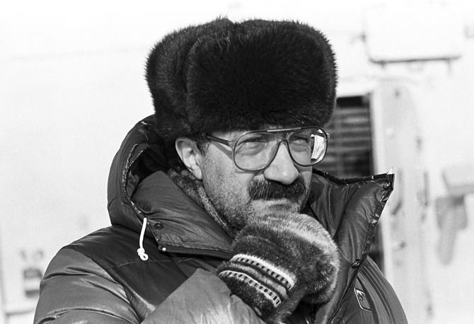"""Изучение Ледовитого океана и океанической атмосферы Артур Чилингаров начал в 1963-1965 годах, работая в исследовательской лаборатории в Якутии. С 1969 по 1974 год был начальником научно-исследовательских станций """"Северный полюс-19"""", """"Беллинсгаузен"""", заместителем начальника экспедиций """"Север-25"""" и """"Север-26"""""""