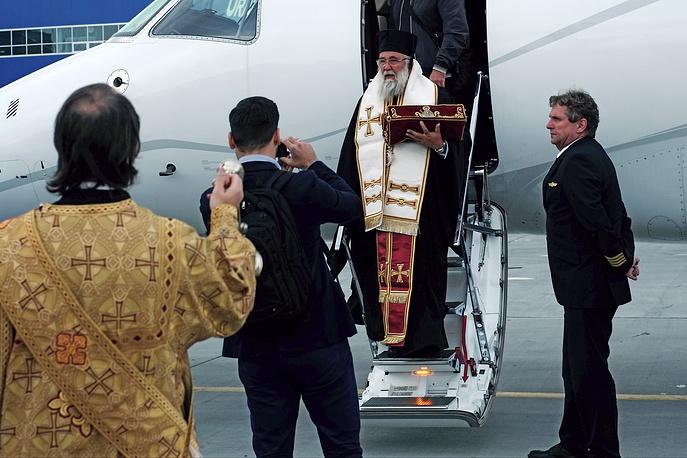Ковчег с мощами прибыл в аэропорт Кольцово в сопровождении делегации из 11 человек во главе с митрополитом Керкирским, Паксийского и Диапонтийских островов Нектарием